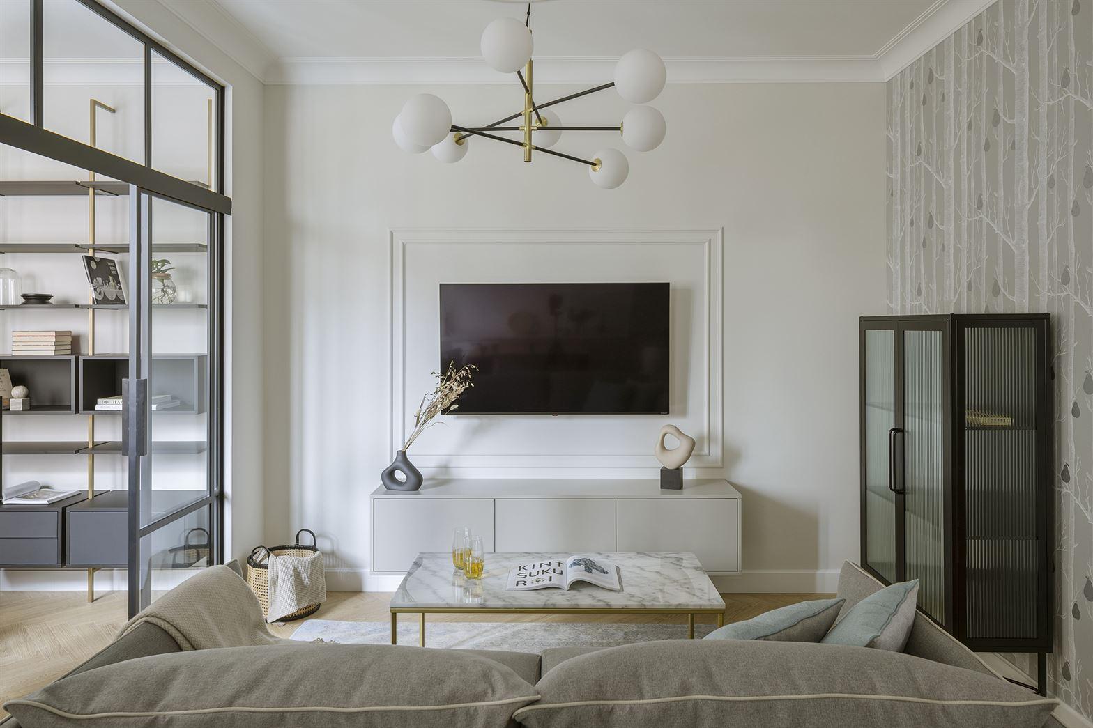 Projekt klasycznego i nowoczesnego salonu w mieszkaniu w Warszawie