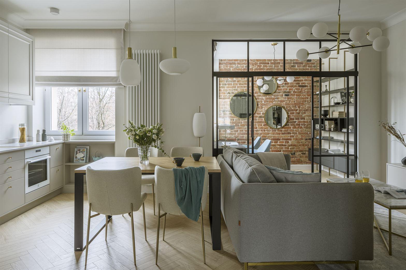 Projekt nowoczesnego salonu z aneksem kuchennym w mieszkaniu w Warszawie
