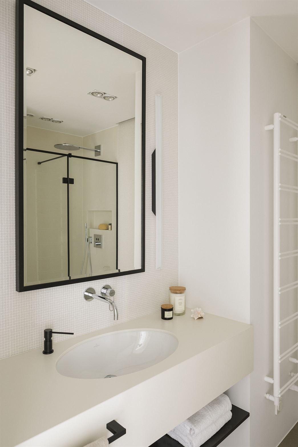 Projekt białej łazienki na warszawskim Muranowie