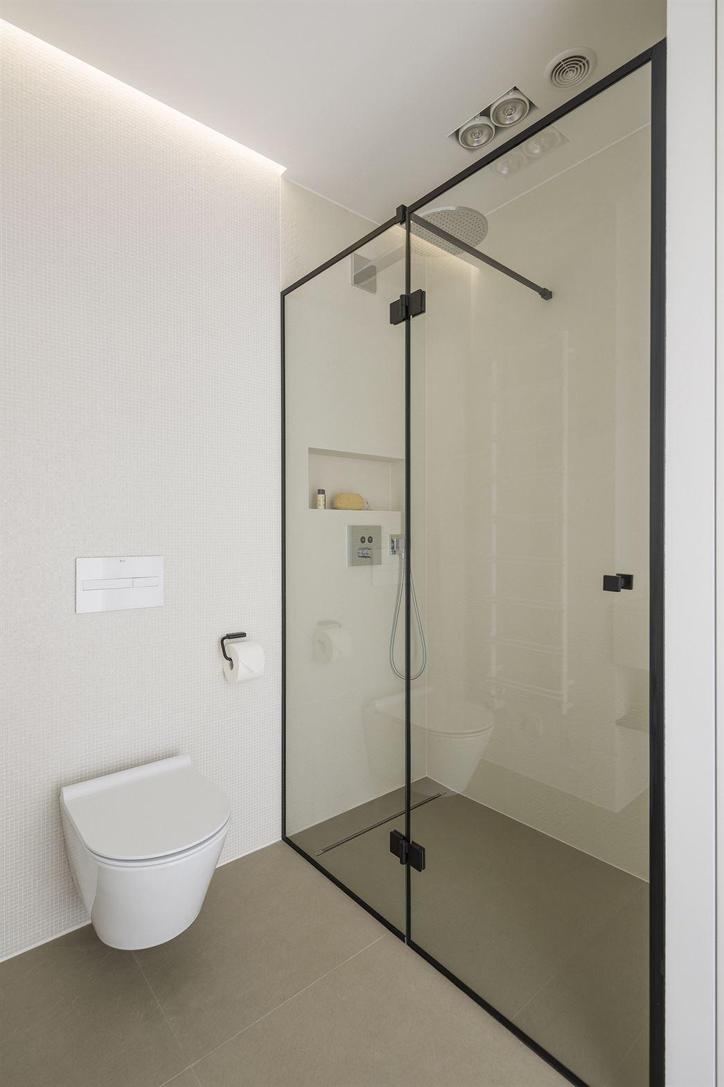Projekt białej łazienki w Warszawie