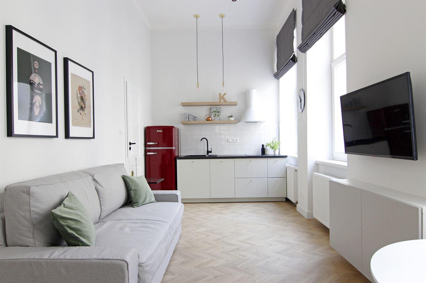 Projekt salonu z aneksem kuchennym w mieszkaniu na warszawskiej Pradze