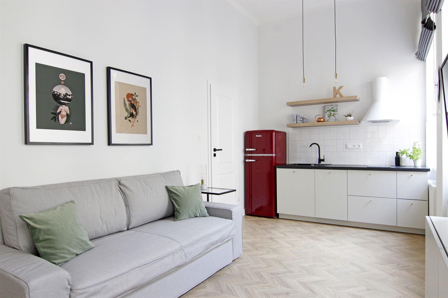 Projekt salonu z aneksem kuchennym w mieszkaniu w Warszawie