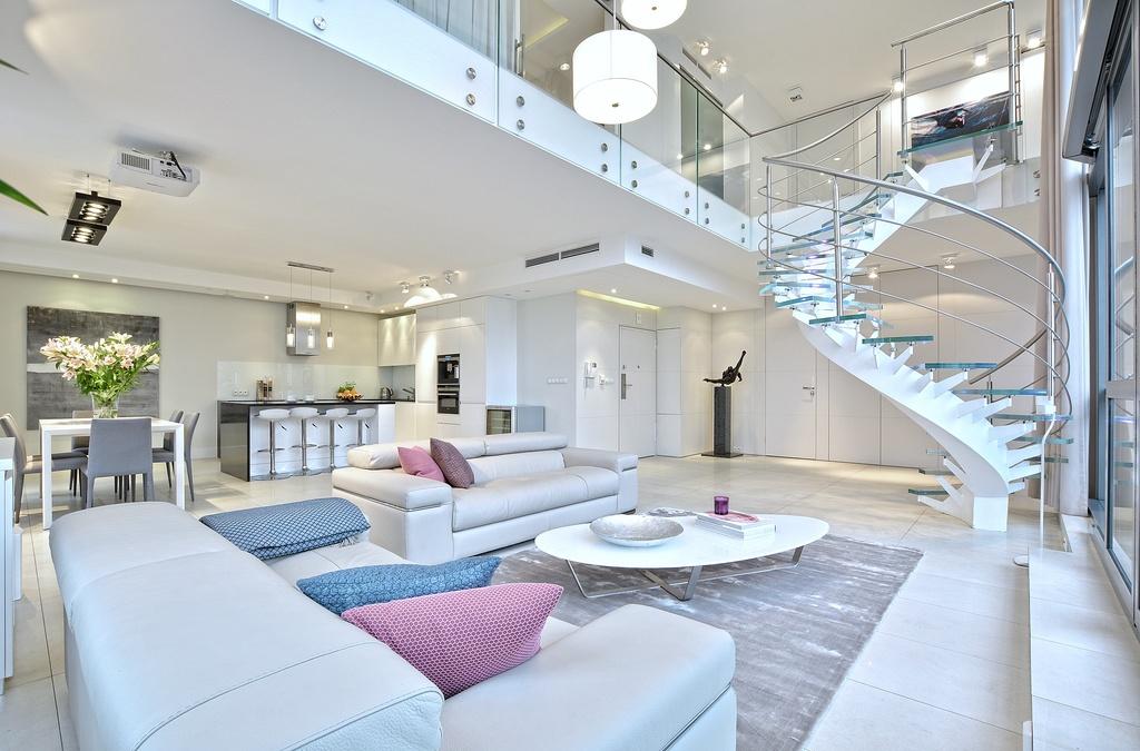 Home staging jasnego salonu w apartamencie w Warszawie