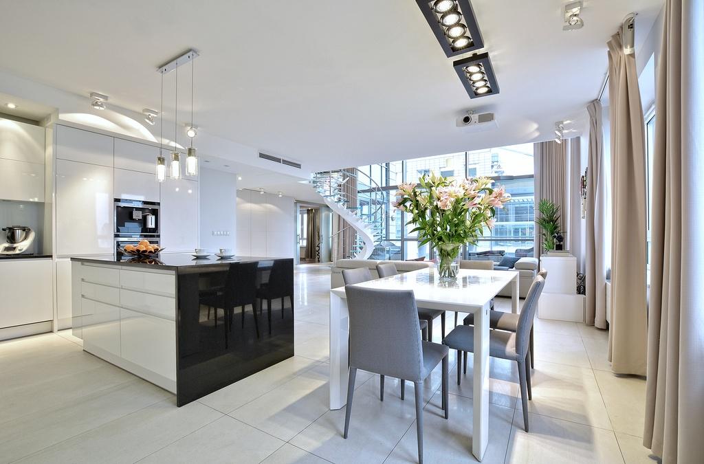 Home staging salonu z kuchnią w apartamencie w Warszawie