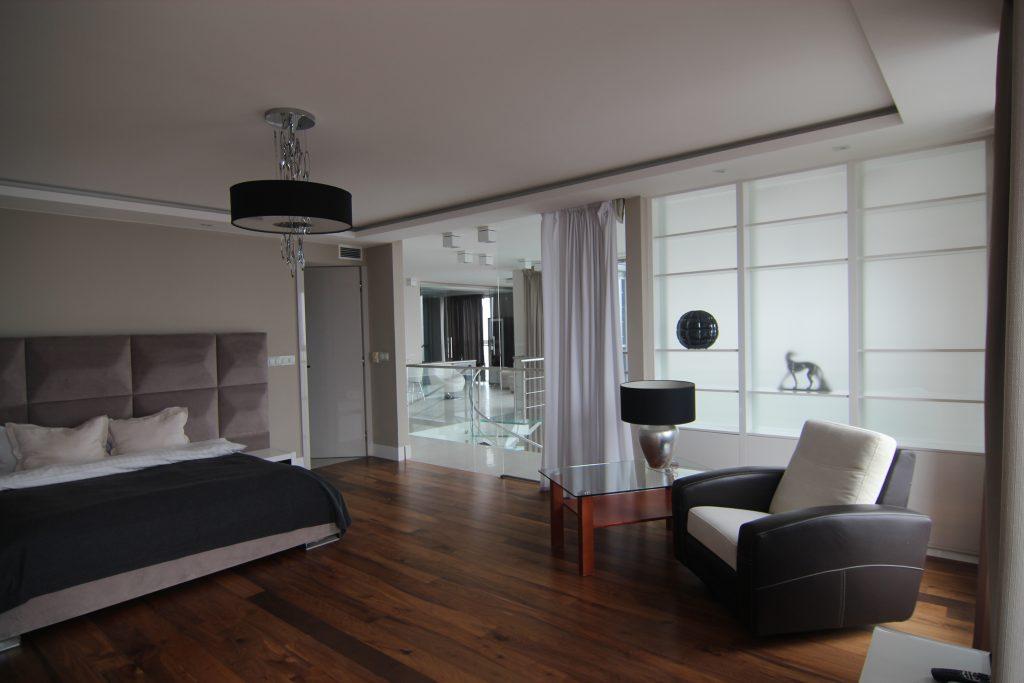 Sypialnia w apartamencie przed home stagingiem w Warszawie
