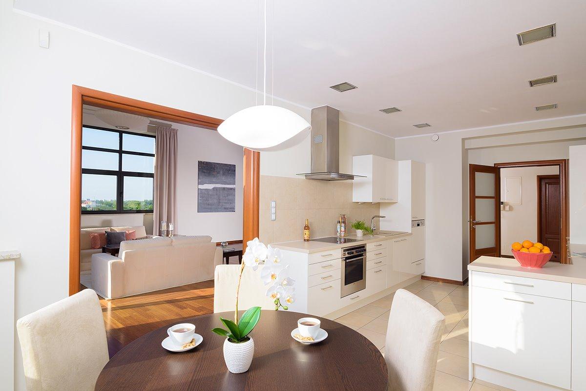 Home staging białej kuchni w apartamencie w Warszawie