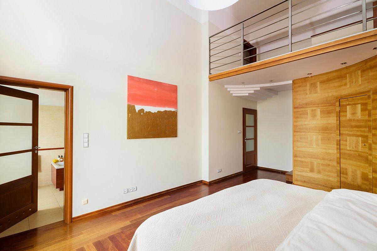 Home staging jasnej sypialni w apartamencie w Warszawie