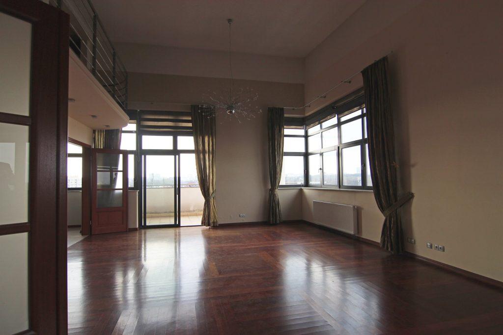 Salon w apartamencie przed home stagingiem w Warszawie
