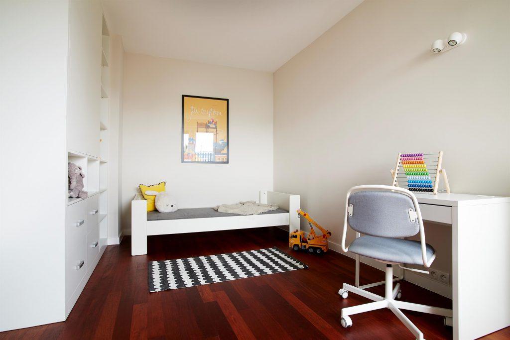 Home staging białego pokoju dla dziecka w Warszawie
