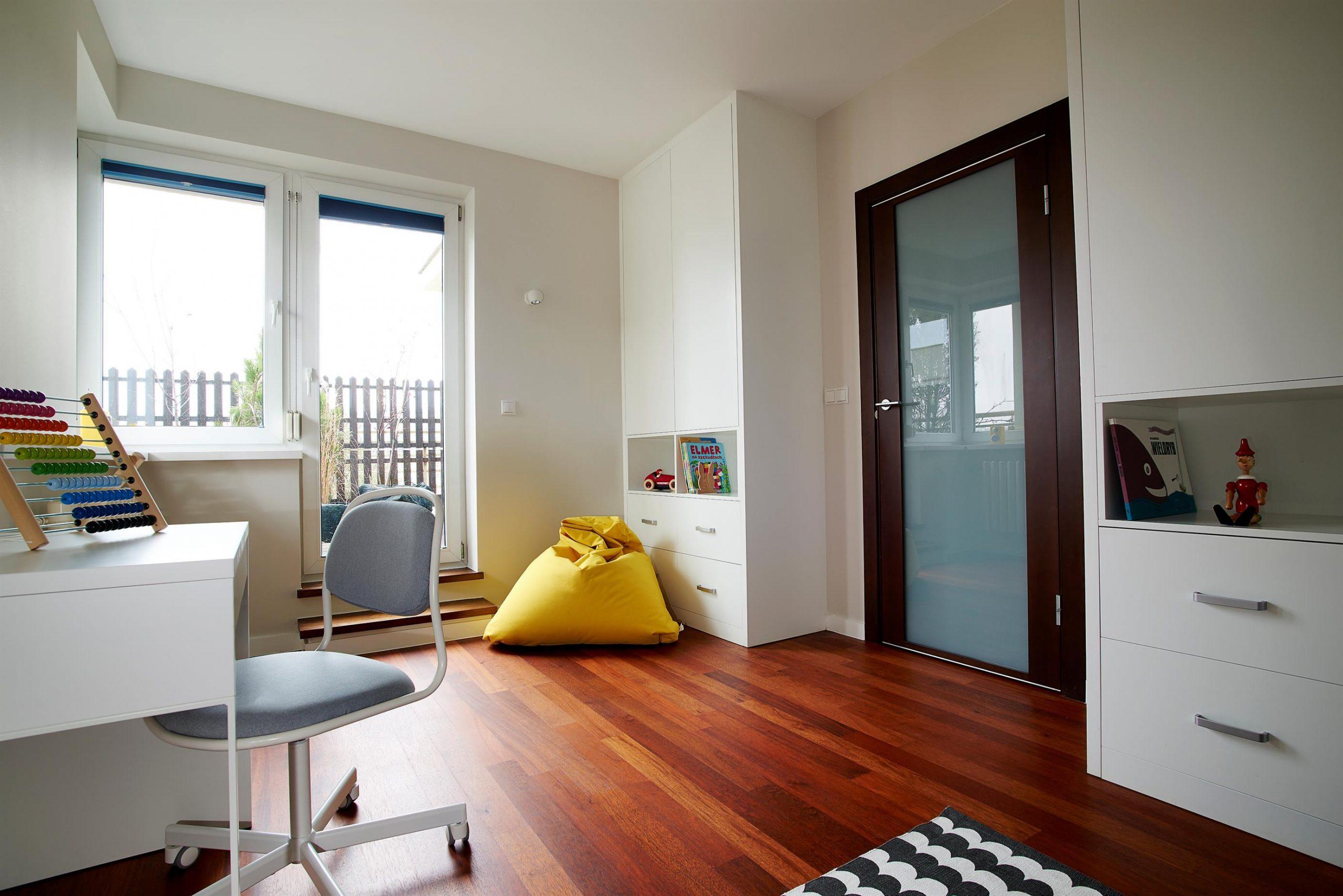 Home staging białego pokoju dziecka w Warszawie