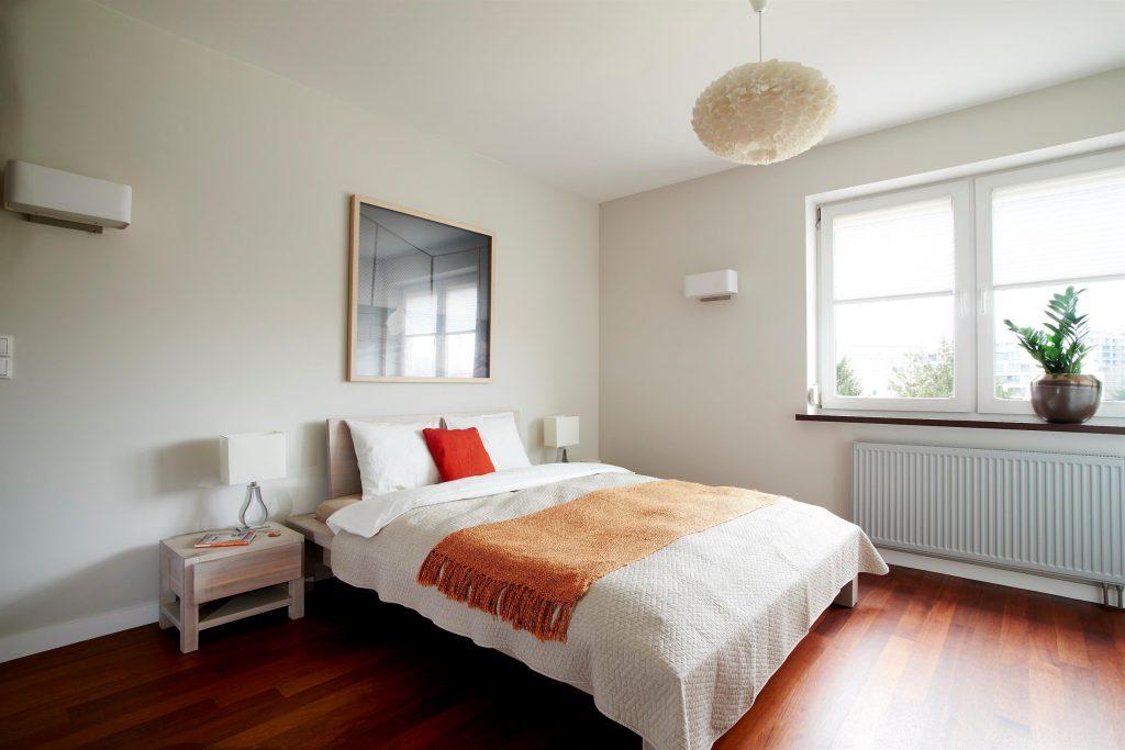 Home staging jasnej sypialni w Warszawie