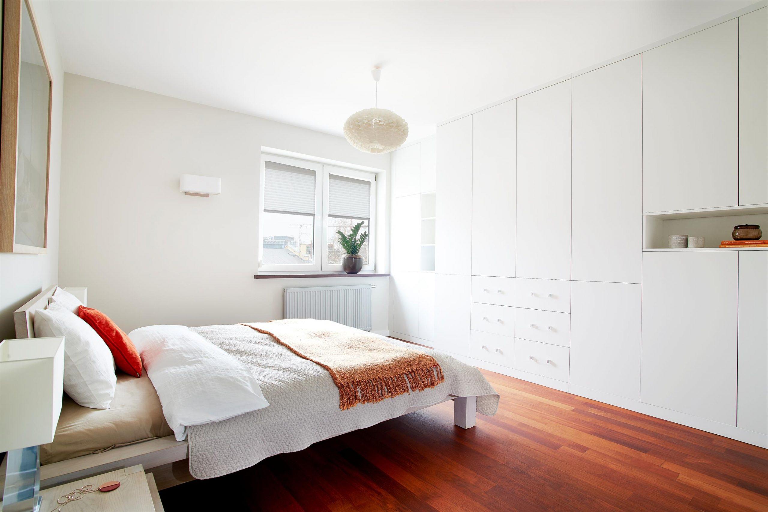 Home staging białej sypialni w Warszawie