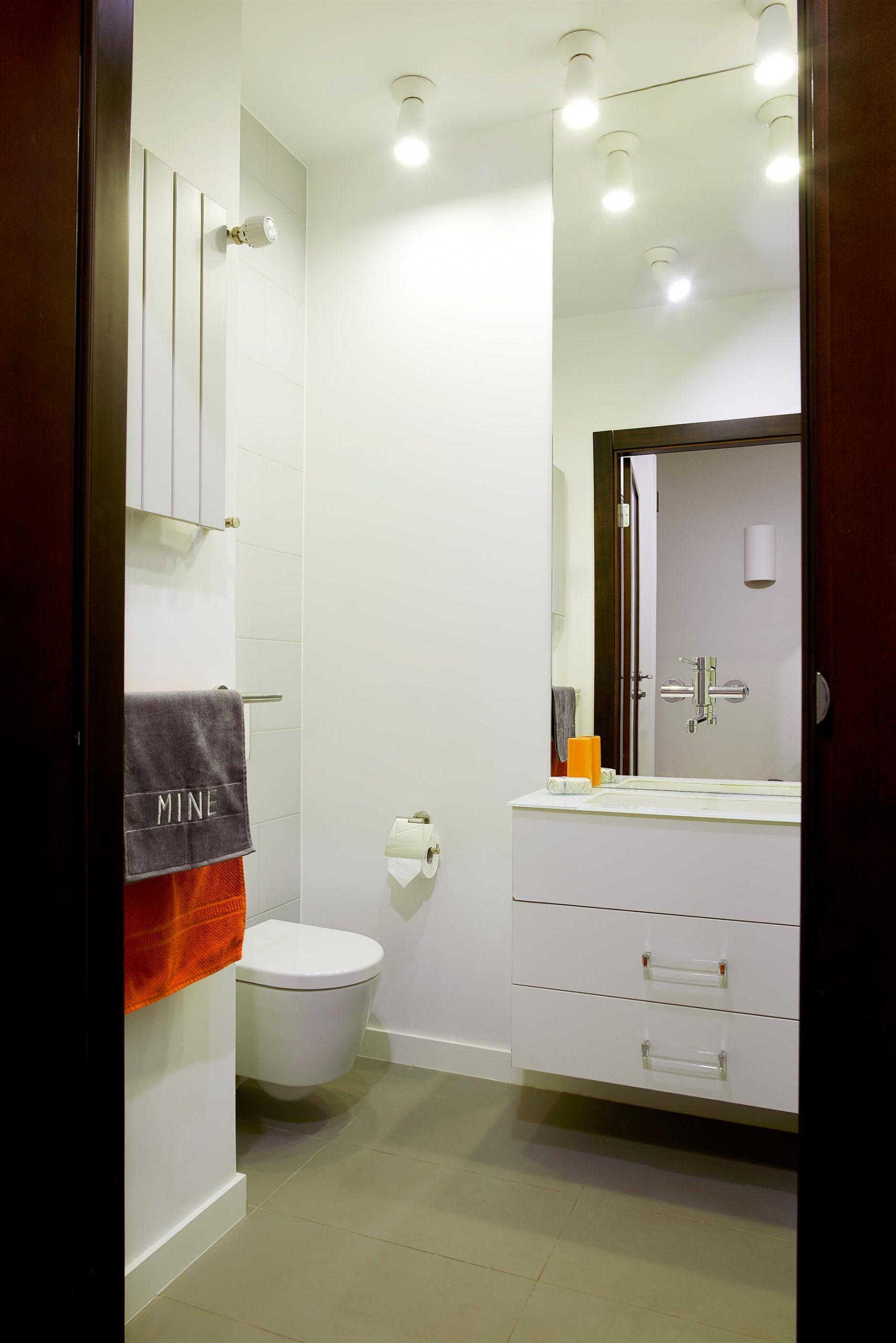 Home staging białej łazienki w Warszawie