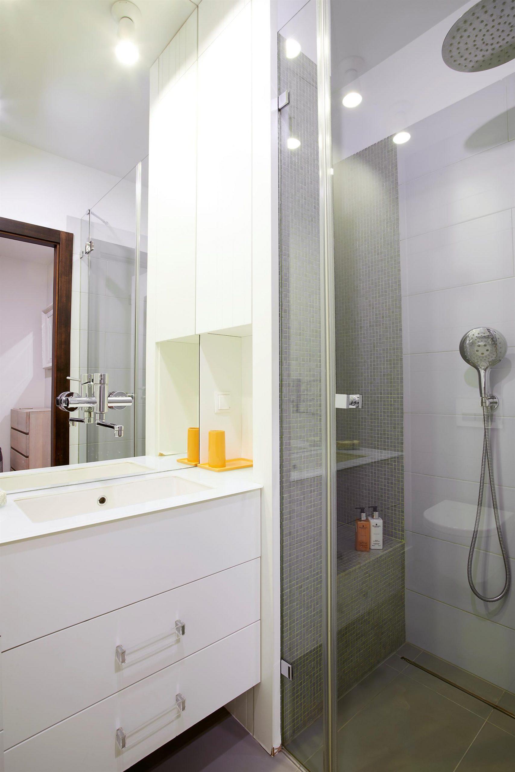 Home staging białej i jasnej łazienki w Warszawie