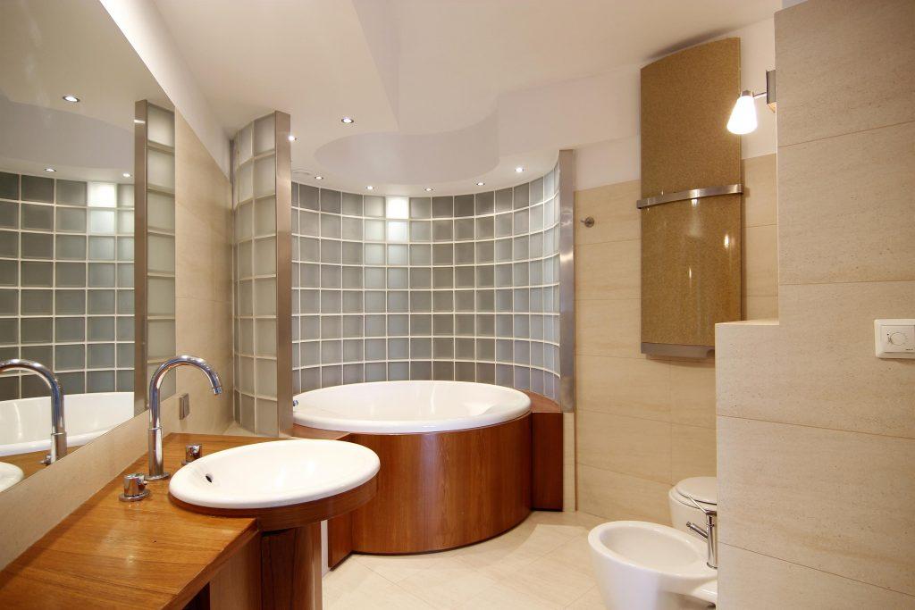 Home staging przestronnej łazienki w Warszawie
