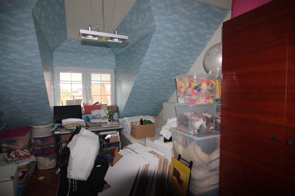 Pokój gościnny w domu przed home stagingiem w Warszawie