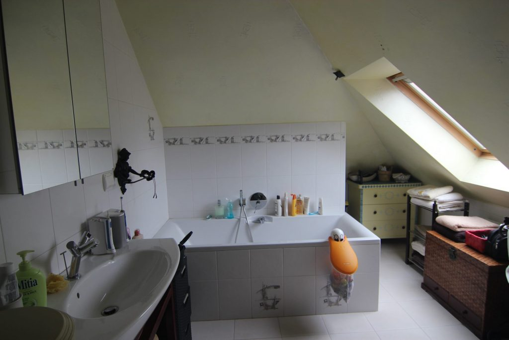 Łazienka w domu przed home stagingiem w Warszawie