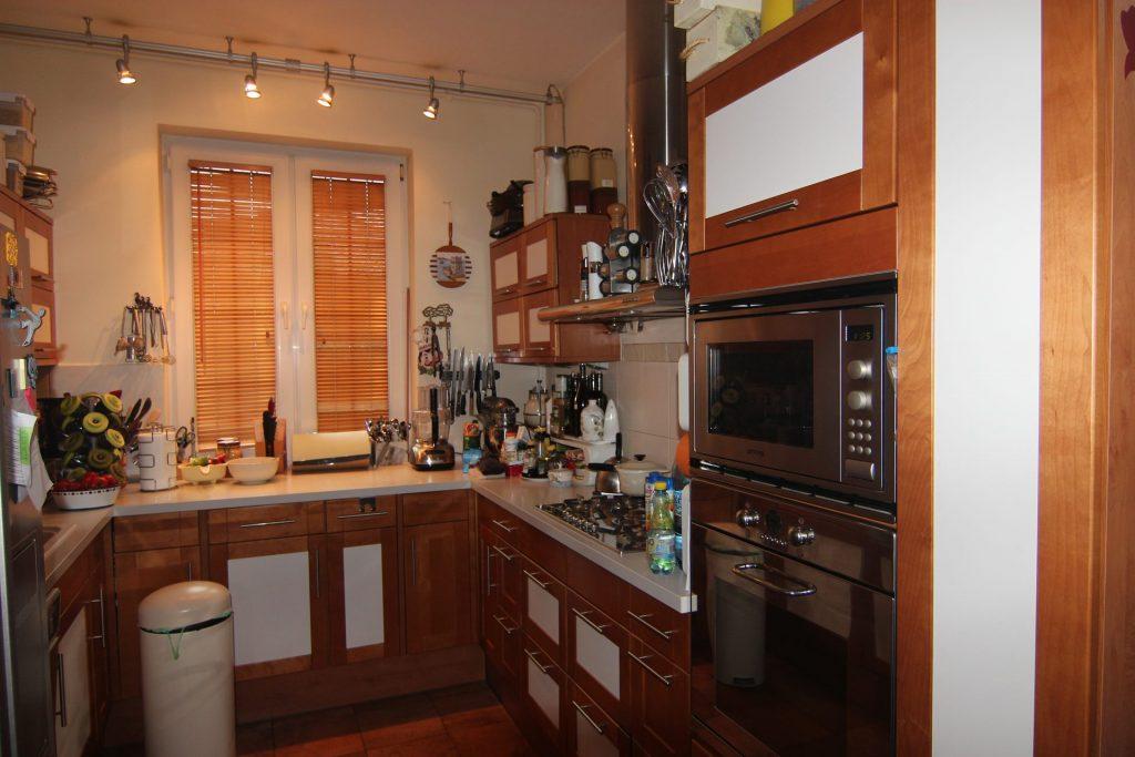 Kuchnia w domu przed home stagingiem w Warszawie