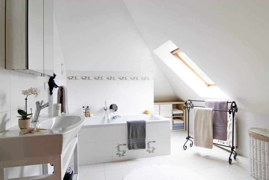 Home staging białej łazienki w domu w Warszawie