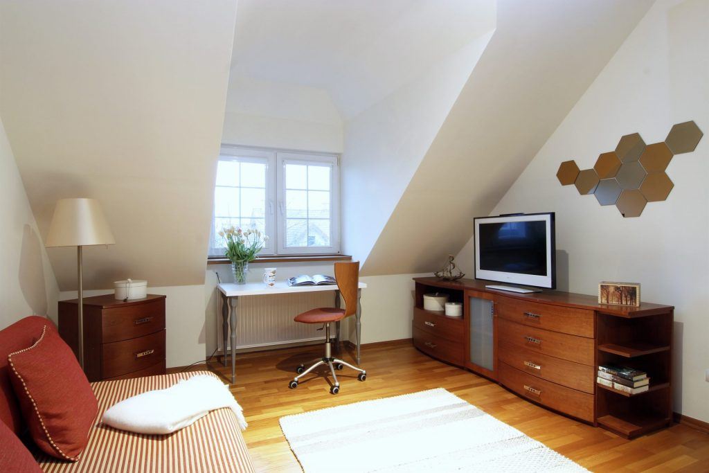 Home staging pokoju gościnnego w domu w Warszawie