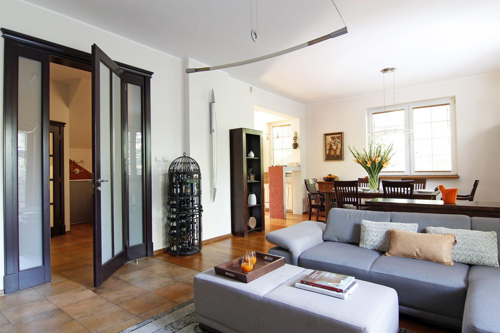 Home staging salonu w domu w Warszawie