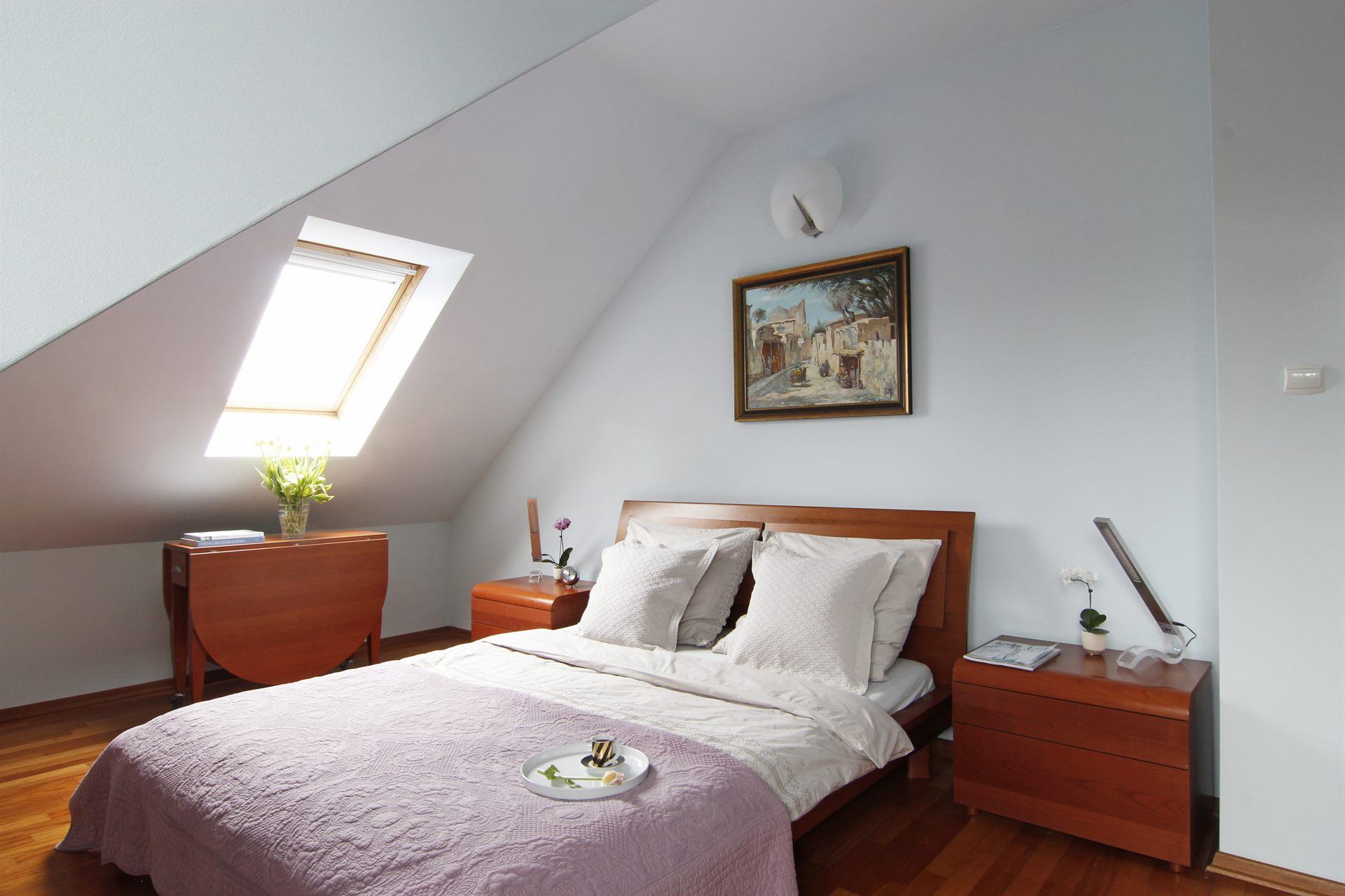 Home staging jasnej sypialni w domu w Warszawie