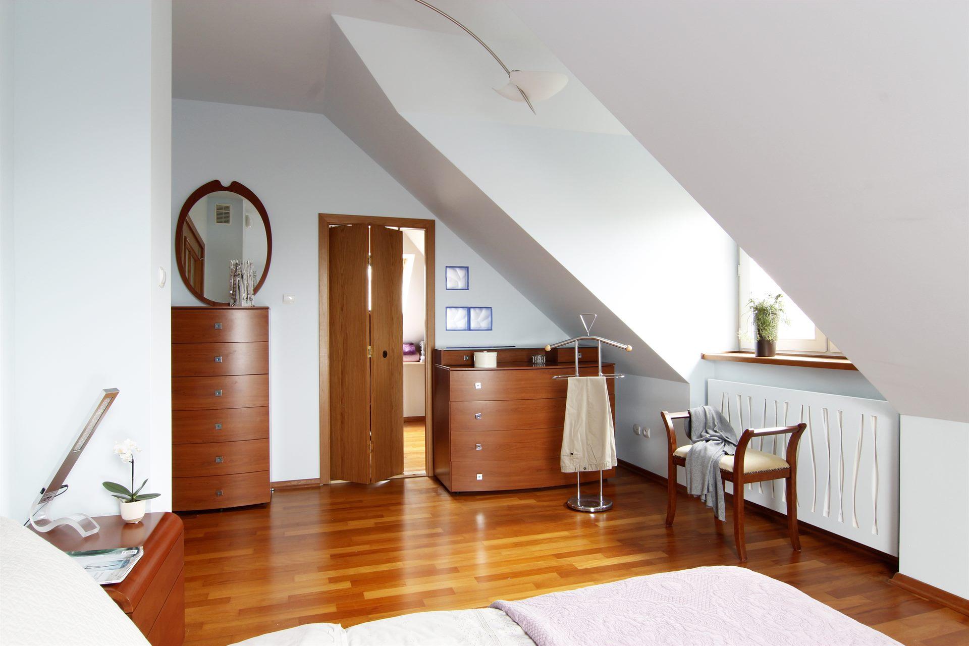 Home staging sypialni w domu w Warszawie