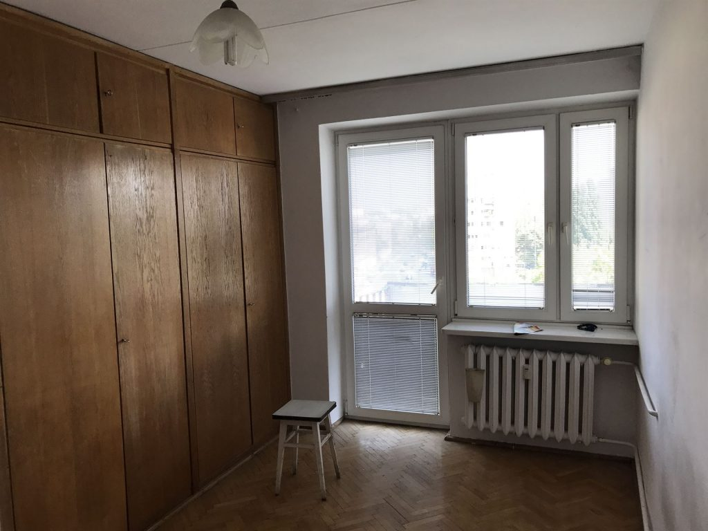 Pokój w mieszkaniu przed home stagingiem w Warszawie