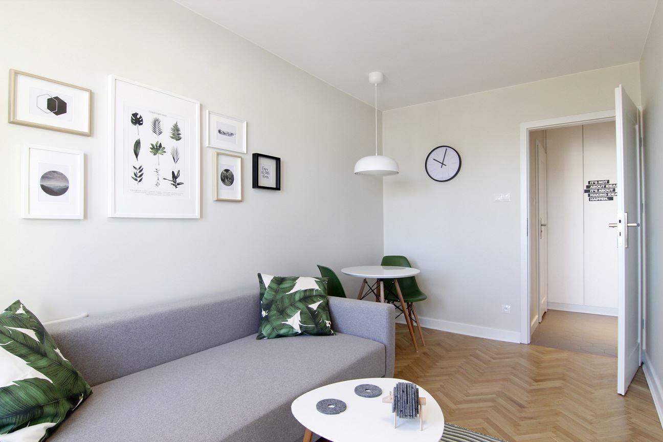 Home staging jungle salonu w mieszkaniu w Warszawie