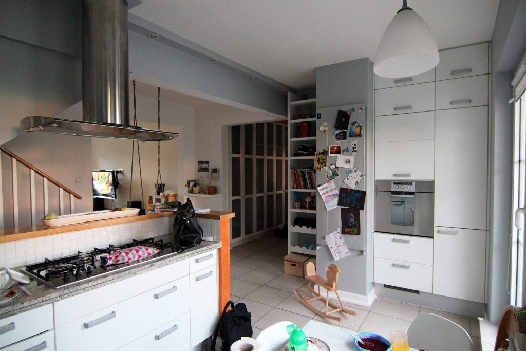 Kuchnia w mieszkaniu przed home stagingiem w Warszawie