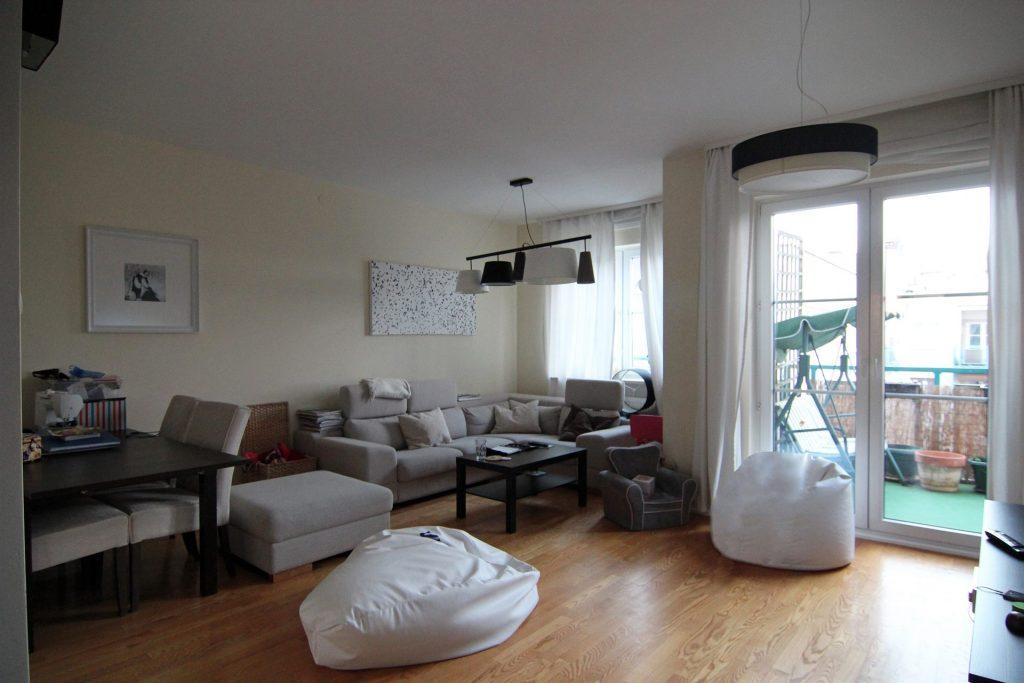 Salon w mieszkaniu przed home stagingiem w Warszawie