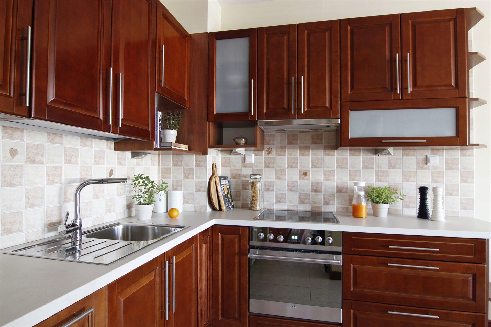 Home staging brązowej kuchni w mieszkaniu w Warszawie