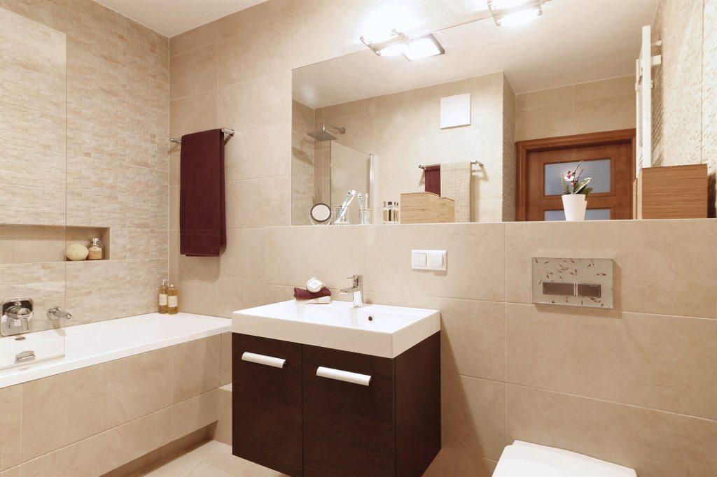 Home staging beżowej łazienki w mieszkaniu w Warszawie