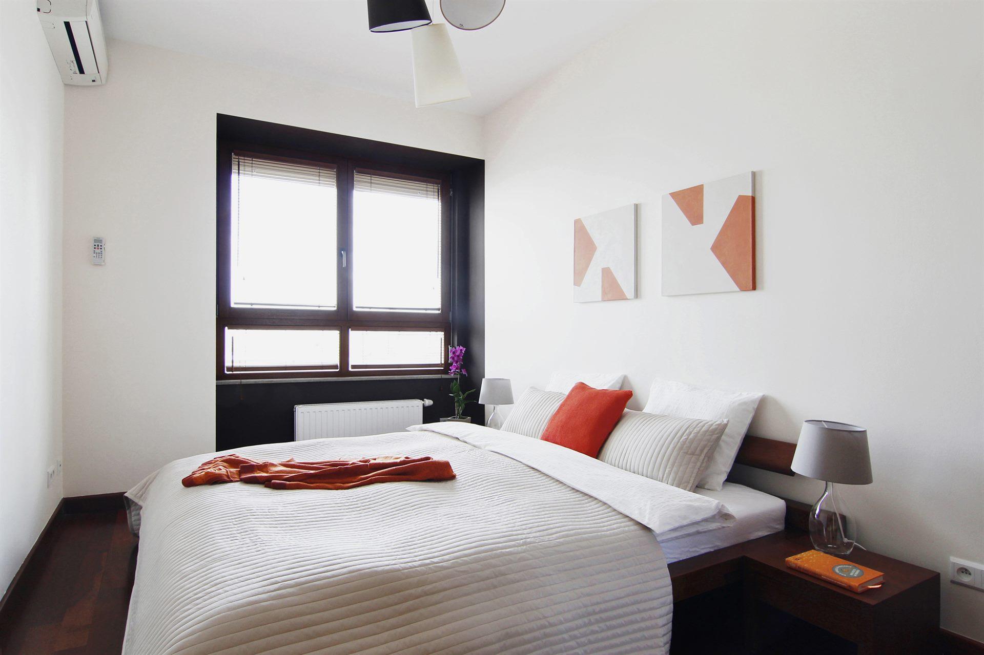 Home staging białej sypialni w mieszkaniu w Warszawie