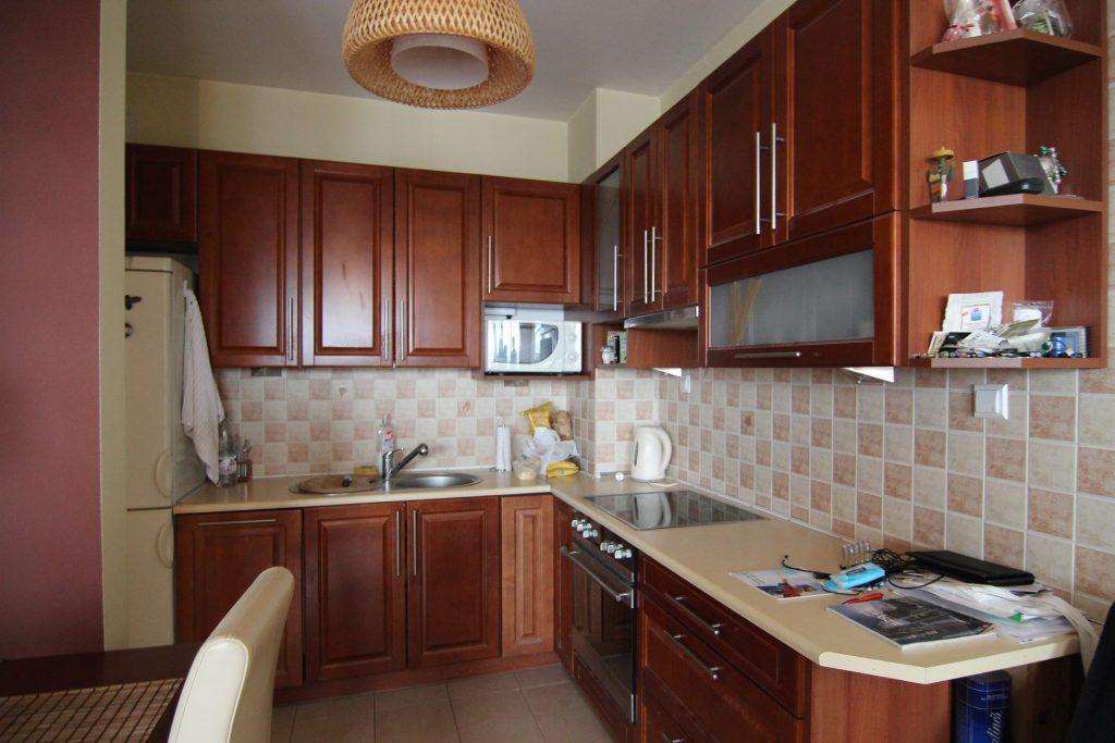 Brązowa kuchnia w mieszkaniu w Warszawie przed home stagingiem