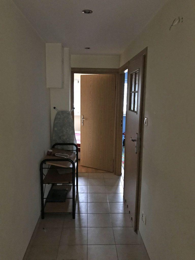Przedpokój w mieszkaniu przed home stagingiem w Warszawie