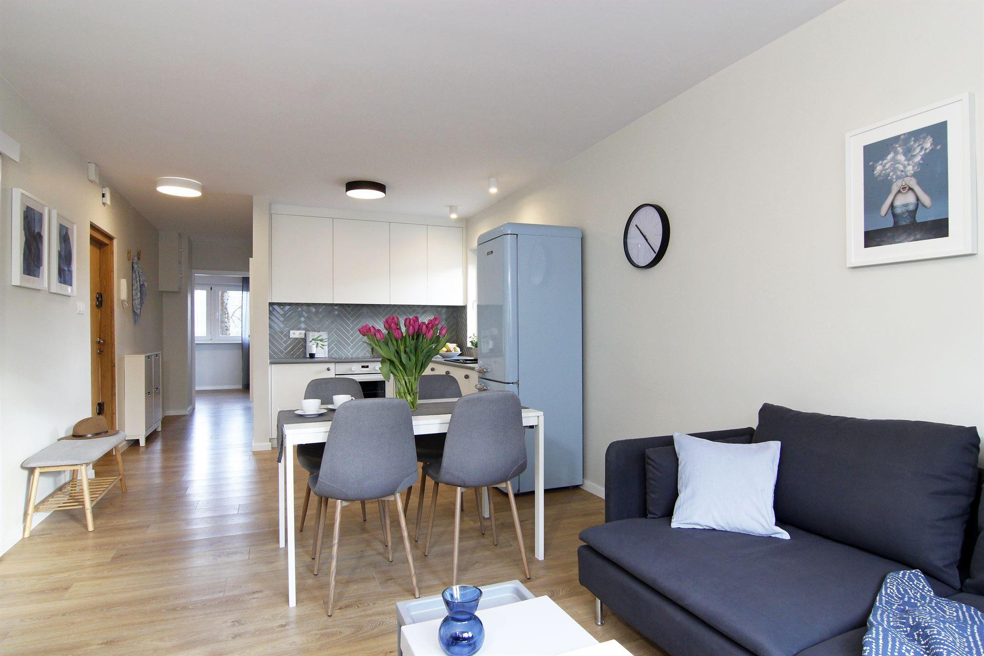 Home staging salonu z aneksem kuchennym w mieszkaniu w Warszawie