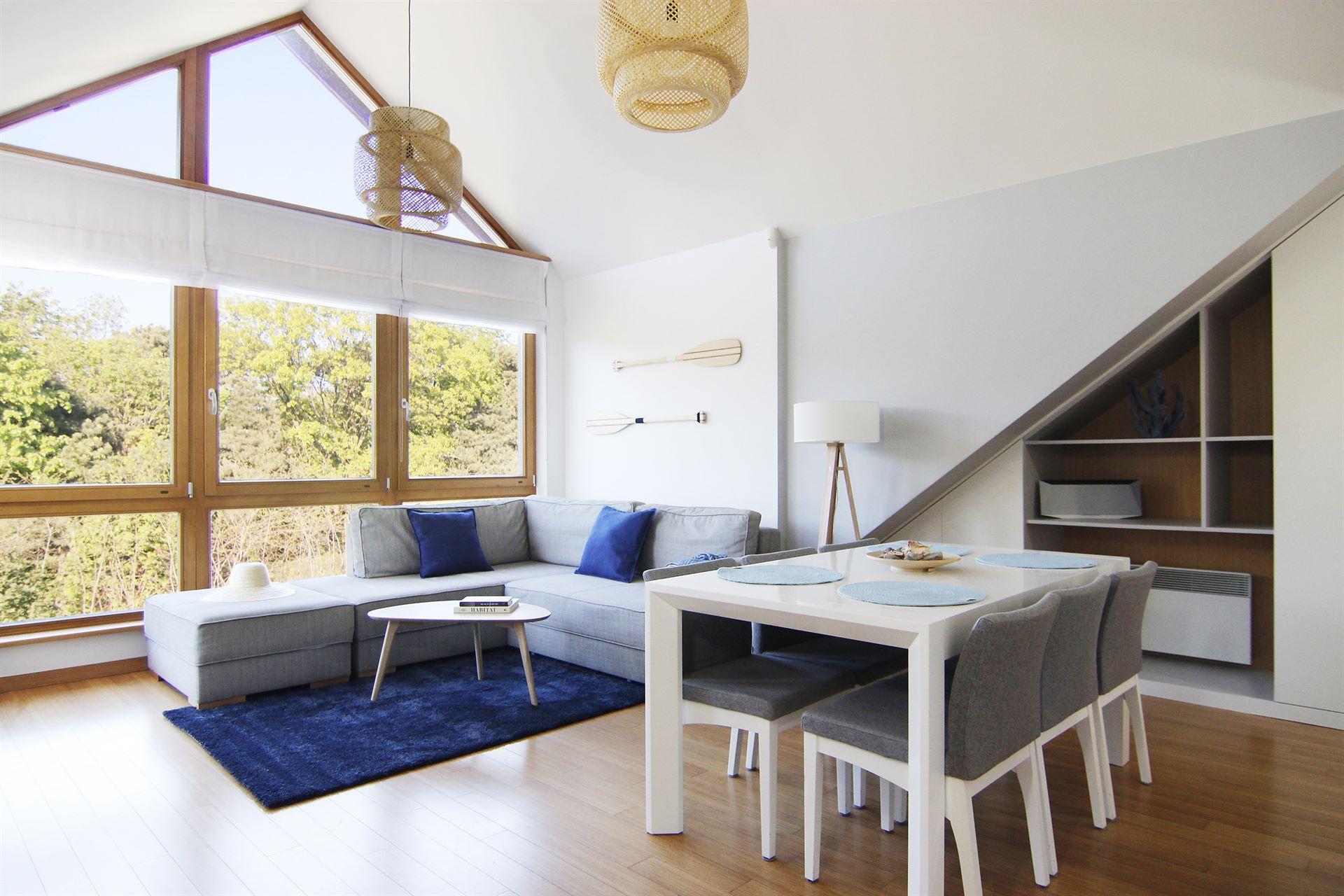 Home staging salonu w mieszkaniu w Jastarnii