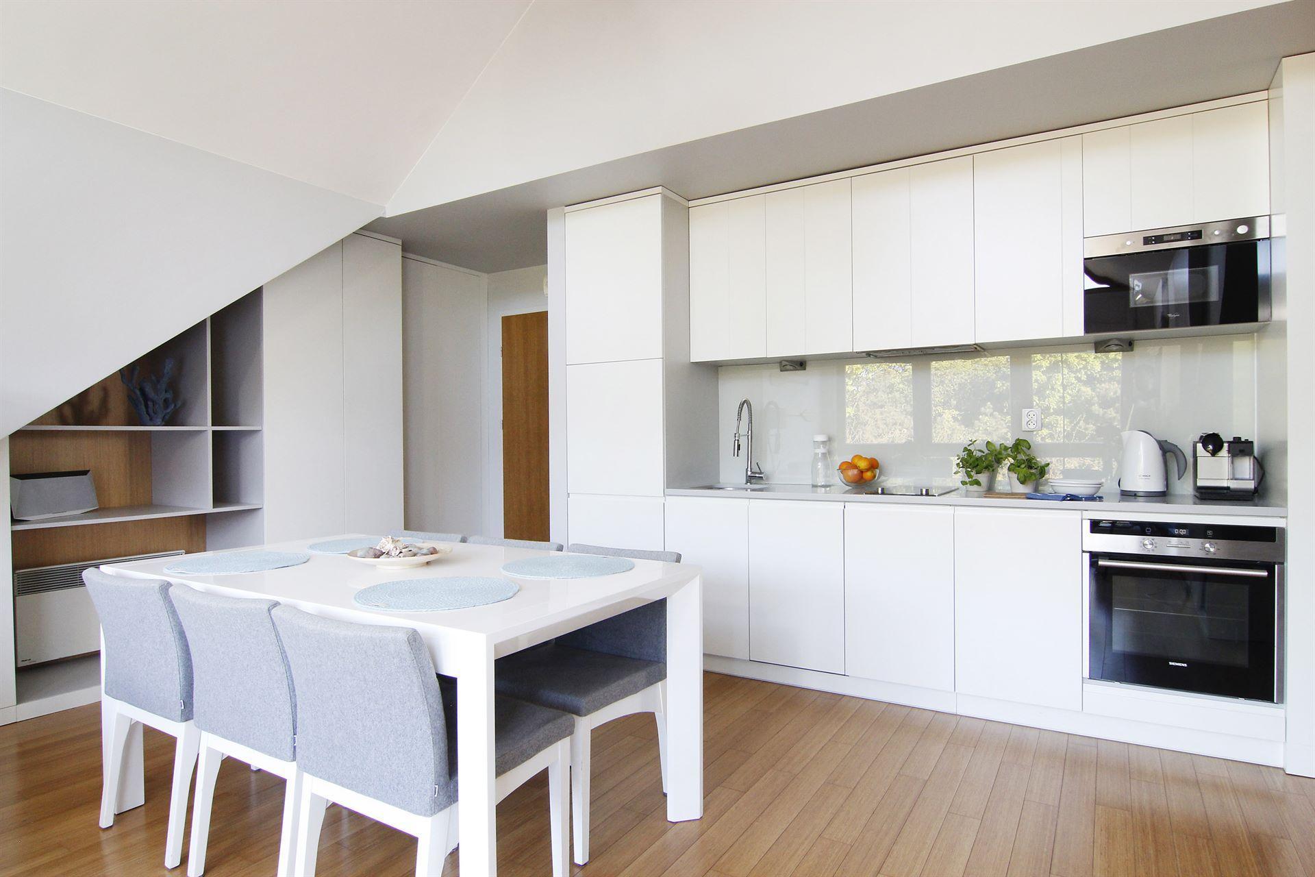 Home staging kuchni w mieszkaniu w Jastarnii
