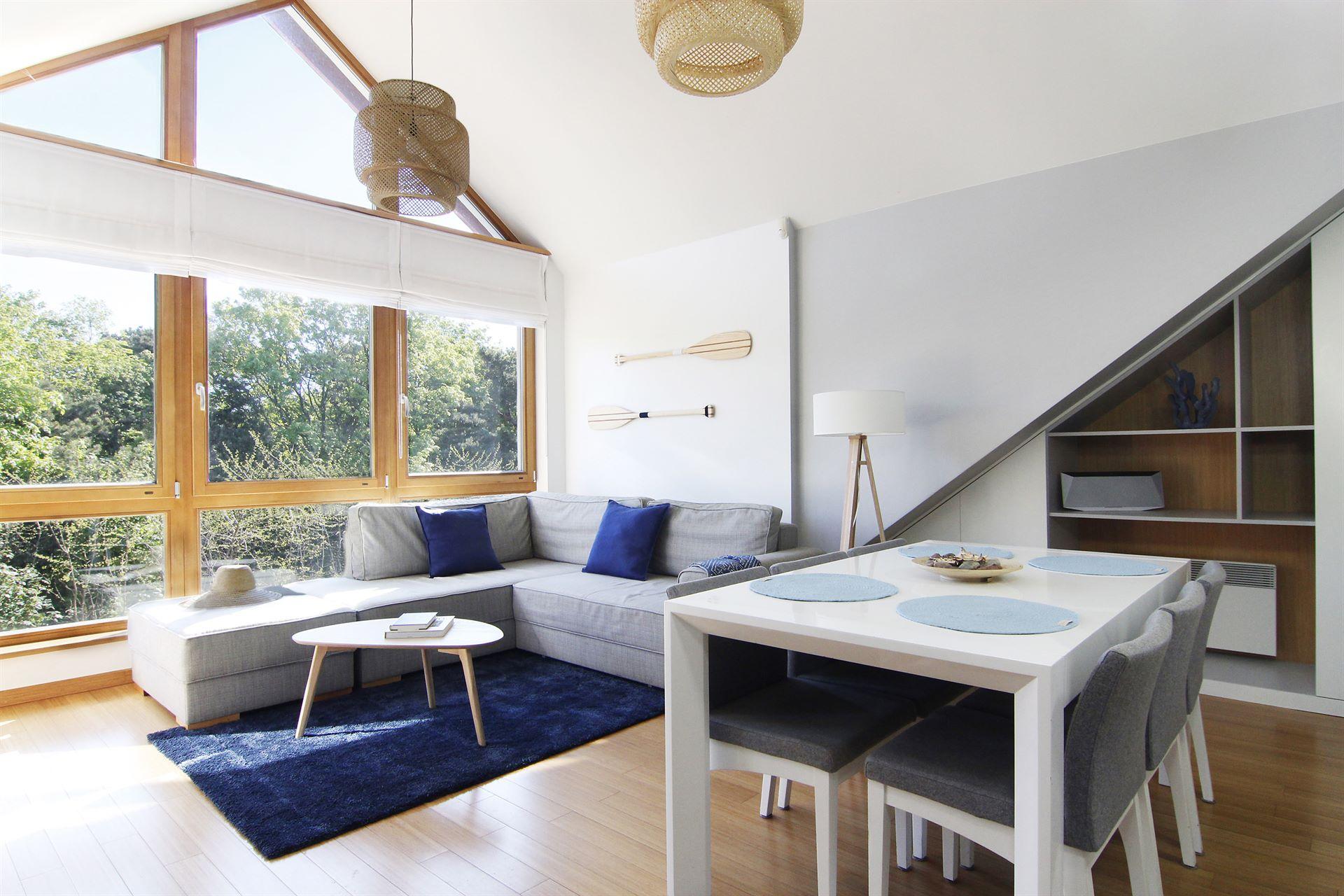 Home staging jasnego salonu w mieszkaniu w Jastarnii