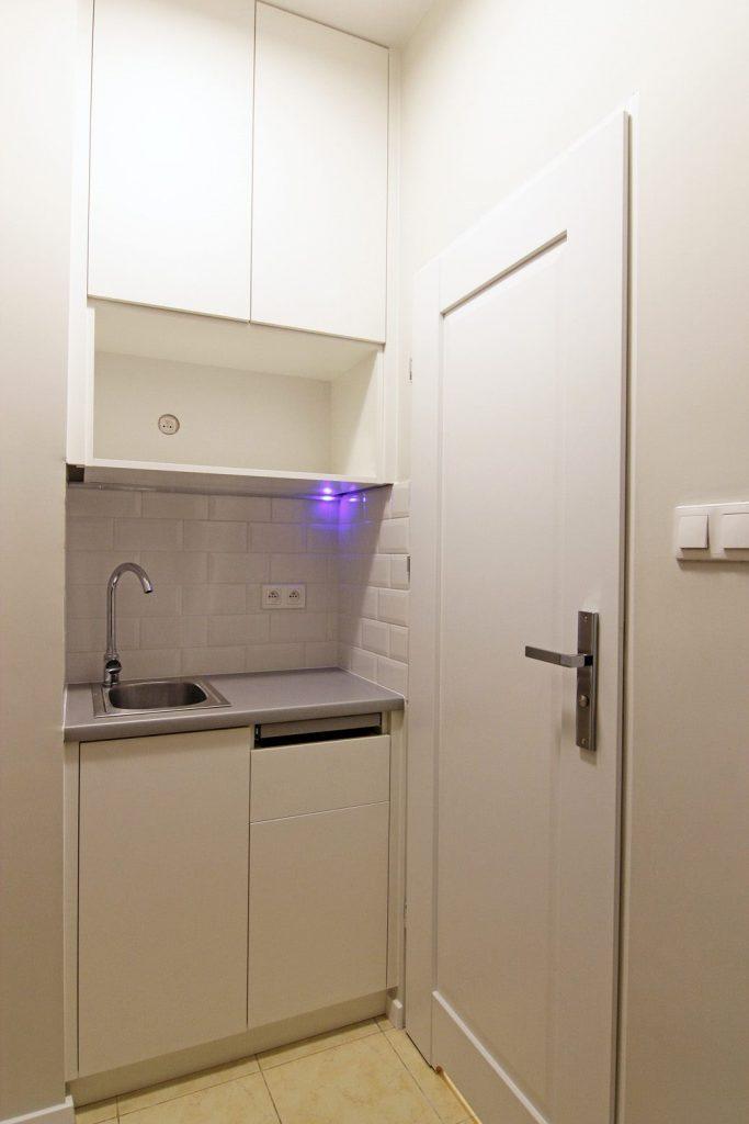 Home staging małej kuchni w mikroapartamencie w Warszawie