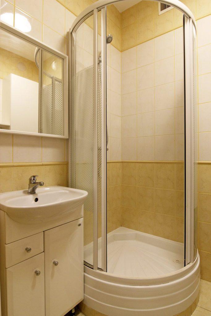 Home staging małej łazienki w mikroapartamencie w Warszawie