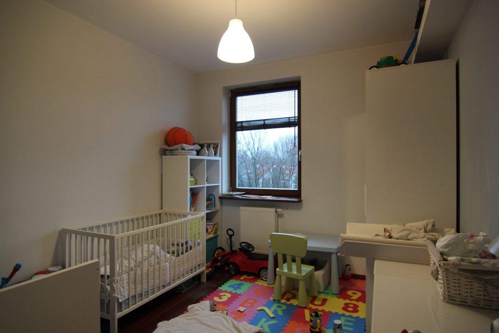 Jasny pokój dziecięcy w mieszkaniu w Warszawie przed home stagingiem