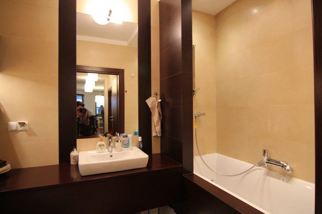 Beżowo-brązowa łazienka w mieszkaniu w Warszawie przed home stagingiem