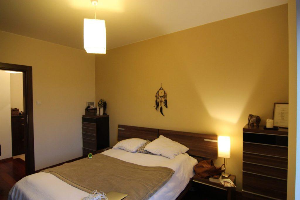 Sypialnia w mieszkaniu w Warszawie przed home stagingiem