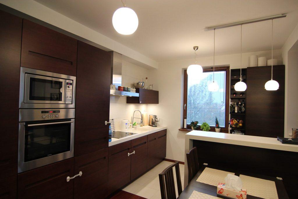 Beżowo-brązowa kuchnia w mieszkaniu w Warszawie przed home stagingiem