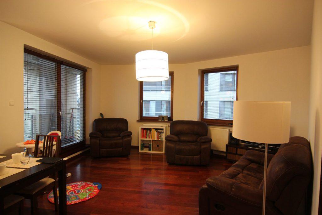 Salon w mieszkaniu w Warszawie przed home stagingiem