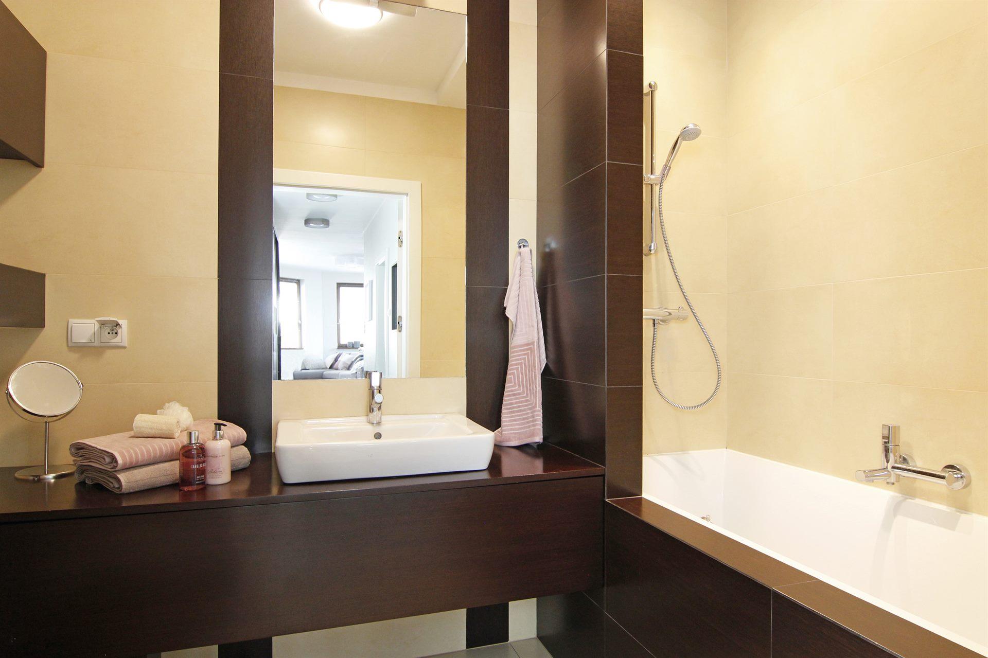 Home staging brązowo-beżowej łazienki w mieszkaniu w Warszawie