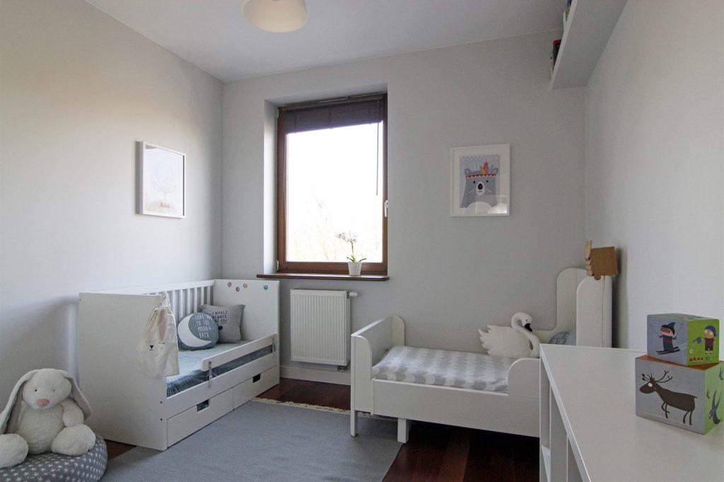 Home staging jasnego pokoju dziecięcego w mieszkaniu w Warszawie