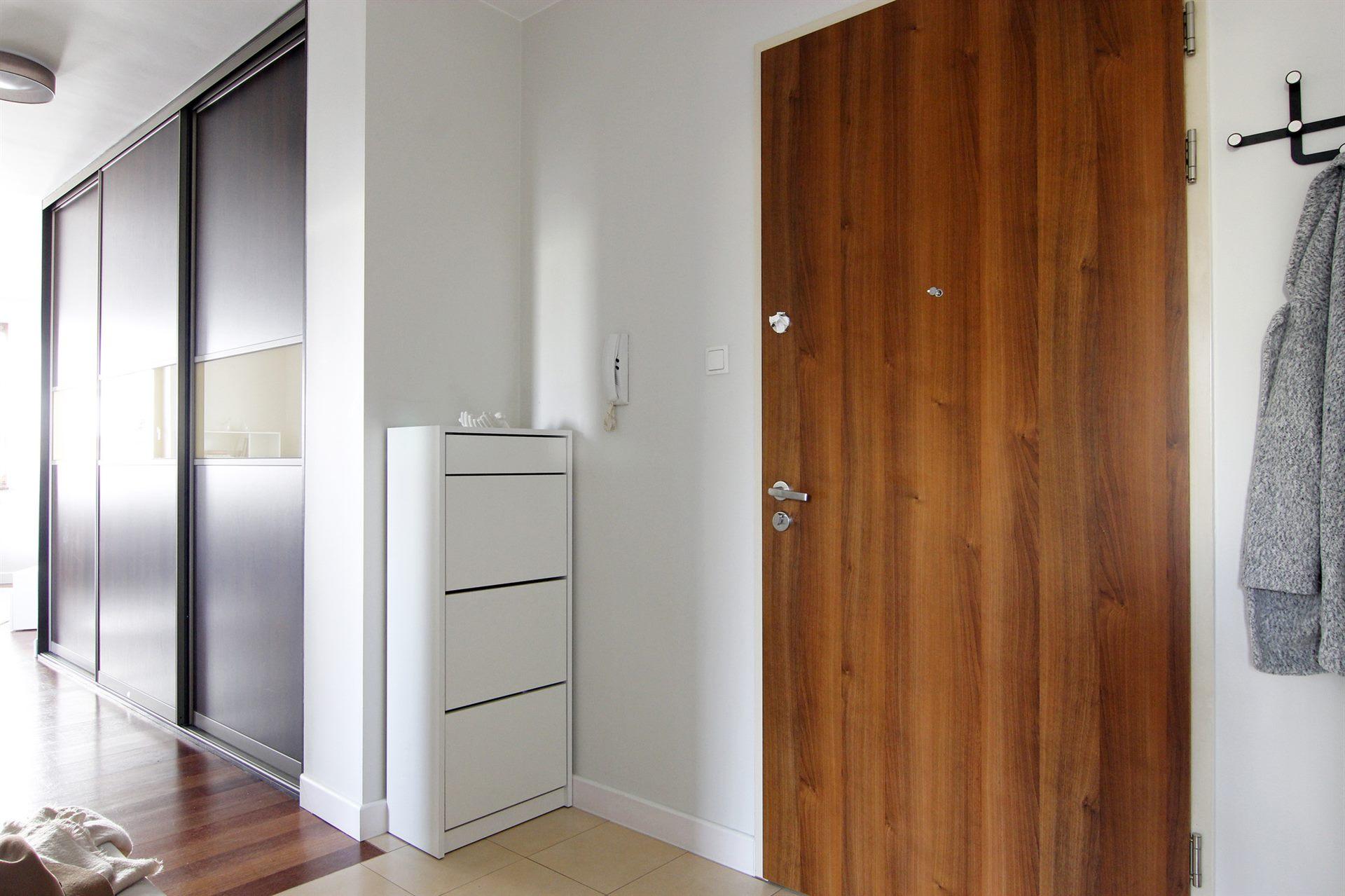 Home staging jasnego przedpokoju w mieszkaniu w Warszawie